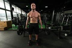 Задняя тренировка с штангой в фитнес-центре Стоковые Изображения