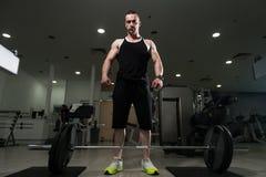 Задняя тренировка с штангой в фитнес-центре Стоковое фото RF
