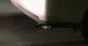 Задняя часть автомобиля в заторе движения с куря выхлопной трубой акции видеоматериалы