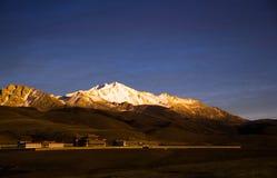 Задняя часть виска против горы снега Стоковая Фотография RF