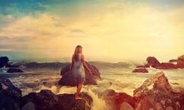 задняя часть девушки на море Стоковое фото RF
