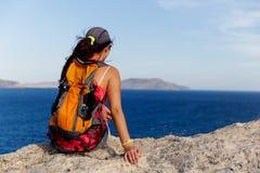 Задняя часть женщины сидит на горе Стоковые Фотографии RF