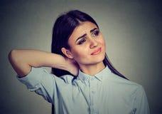 Задняя часть и заболевание позвоночника Женщина массажируя тягостную шею стоковое изображение rf