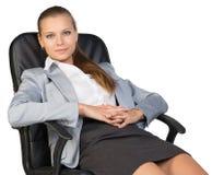 Задняя часть коммерсантки в стуле офиса, с руками Стоковые Изображения