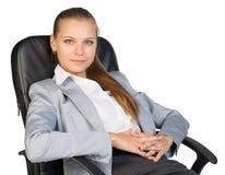 Задняя часть коммерсантки в стуле офиса, с руками Стоковое Изображение
