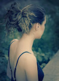 Задняя часть молодой женщины в романтичное светлое напольном Стоковая Фотография RF