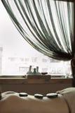 Задняя часть молодой женщины с камнями перед окном Стоковая Фотография RF