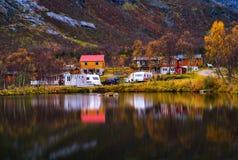 Задняя часть предпосылки отражения Норвегии яркой осени Horzontal располагаясь лагерем Стоковое фото RF