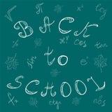 задняя школа к Письма, символы математики и кленовые листы нарисованные рукой Scribbles мела на зеленой доске Стоковые Фотографии RF