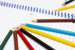 задняя школа к Покрасьте карандаши stationery Тетрадь Стоковое Изображение RF