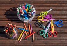 задняя школа принципиальной схемы к Карандаши, отметки, ножницы на деревянной предпосылке Стоковые Фотографии RF