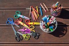задняя школа принципиальной схемы к Карандаши, отметки, ножницы на деревянной предпосылке Стоковые Изображения