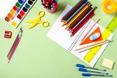 задняя школа принципиальной схемы к Школьные принадлежности на пастельной предпосылке Стоковые Фотографии RF