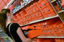 задняя школа ходя по магазинам к Стоковое Изображение