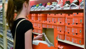 задняя школа ходя по магазинам к Стоковые Фотографии RF