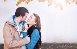 за парами обнимает детенышей женщины человека влюбленности Стоковое Изображение
