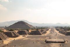 за солнцем шага пирамидки Мексики расстояния более малым teotihuacan Пирамида Солнця осмотренного от пирамиды луны Стоковое Фото