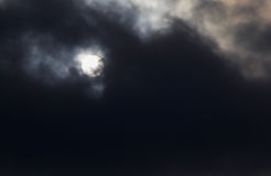 за солнцем темноты облаков Стоковые Изображения