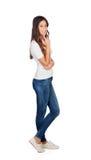 Задумчивая вскользь девушка с джинсами стоковые изображения