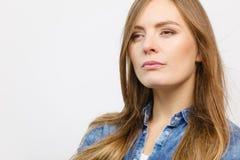 Задумчиво девушка с голубой рубашкой стоковое изображение rf