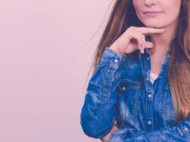 Задумчиво девушка с голубой рубашкой стоковые изображения rf