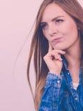Задумчиво девушка с голубой рубашкой стоковые фото