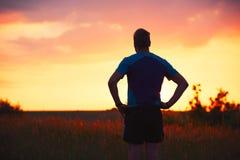 Задумчивый бегун на заходе солнца Стоковое фото RF