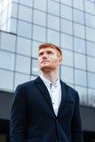 Задумчивый бизнесмен стоя outdoors Стоковые Изображения RF