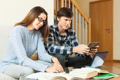 Задумчивый парень и девушка подготавливая для экзамена Стоковое Изображение RF