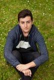 Задумчивый парень подростка в парке Стоковые Изображения RF