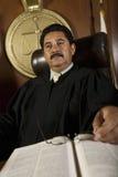 Задумчивый судья в зале судебных заседаний стоковое фото