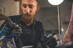 Задумчивый человек смотря аппаратуру в салоне Стоковое Изображение RF