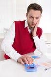 Задумчивый bookkeeper работая с диаграммами на столе на офисе. стоковые фотографии rf