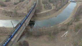 за railway железной дороги горизонта расстояния моста протягивая следы через реку Поезд двигает на мост акции видеоматериалы