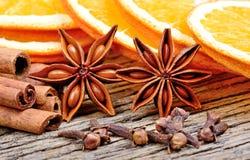 Звезда анисовки с ручками циннамона гвоздичного дерева и куском высушенного апельсина на таблице Стоковое Изображение RF