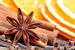 Звезда анисовки с циннамоном и отрезанная апельсина на таблице Стоковые Изображения RF