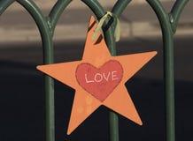 Звезда влюбленности прикрепленная к загородке Стоковые Фото