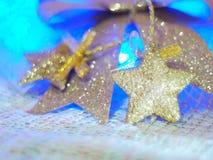 Звезда золота для украшений рождества на ткани knit и красочной предпосылке с концепцией торжества, рождества, Нового Года Стоковая Фотография RF