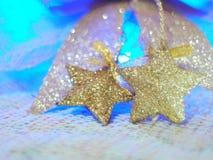 Звезда золота для украшений рождества на ткани knit и красочной предпосылке с концепцией торжества, рождества, Нового Года Стоковые Фотографии RF