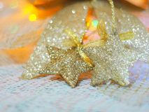 Звезда золота для украшений рождества на ткани knit и красочной предпосылке с концепцией торжества, рождества, Нового Года Стоковые Фото