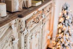 Звезда рождества и другое украшение на старом commode Счастливое зачатие Нового Года стоковые фотографии rf