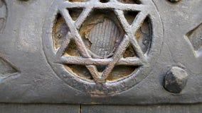 Звезда символа иудаизма Дэвид на старой двери - конце-вверх сток-видео