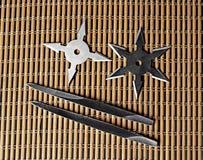Звезда Shurikens Ninja с бросая шипами на деревянной предпосылке Стоковое Изображение