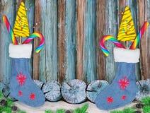 звезды абстрактной картины конструкции украшения рождества предпосылки темной красные белые Носки рождества с помадками подарков  Стоковые Фотографии RF
