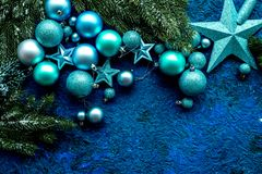 звезды абстрактной картины конструкции украшения рождества предпосылки темной красные белые Игрушки, елевые ветви, звезды на голу Стоковое Изображение
