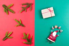 звезды абстрактной картины конструкции украшения рождества предпосылки темной красные белые Ветвь ели, украшение xmas и малая под Стоковые Фотографии RF