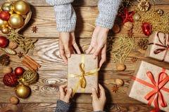 звезды абстрактной картины конструкции украшения рождества предпосылки темной красные белые Ребенок принимает подарок стоковые изображения rf