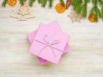 звезды абстрактной картины конструкции украшения рождества предпосылки темной красные белые Розовые коробки на белой деревянной п Стоковое Изображение