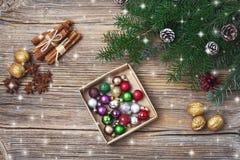 звезды абстрактной картины конструкции украшения рождества предпосылки темной красные белые Ветвь ели рождества с украшением скоп Стоковое Изображение RF
