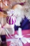 звезды абстрактной картины конструкции украшения рождества предпосылки темной красные белые Внутренняя комната украшенная в стиле Стоковое фото RF